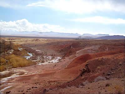 Красная пустыня в районе Кума. Вдали виднеется имамзаде Абдулла
