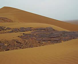 Выходы руды в барханной пустыне
