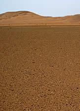 За галечной пустыней возвышаются барханы